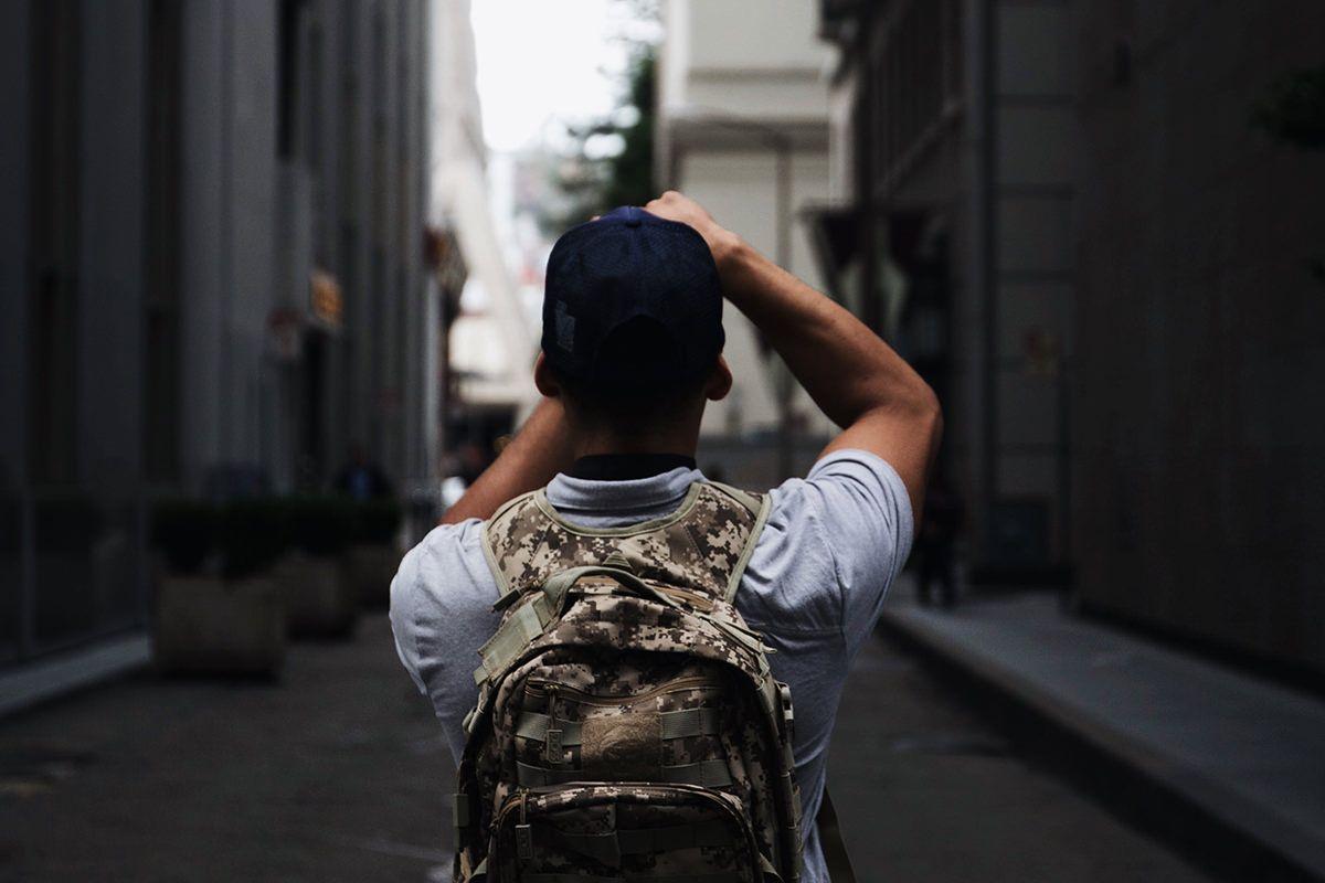 un homme en train de prendre une photo de ville