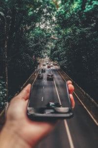 téléphone sur route effet coller